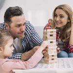 La familia unida jugando a juegos educativos